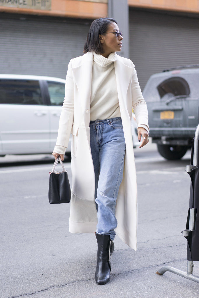 winter whites high wasited mom jeans ankel boots cuffed jeans white coat turtleneck sweater work weekend outfit nyfw street style wheresmydriver inst 683x1024 - С чем носить mom-jeans: 10 модных образов