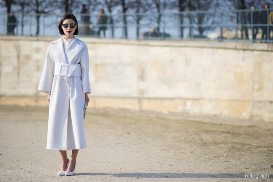 mitograph Woman Wearing All White with Celine Clutch Bag At Paris Fashion Week 2013 2014 Fall Winter Street Style Shimpei Mito 3606 960x600 - Отличная идея: элегантный образ от Виктории Бекхэм
