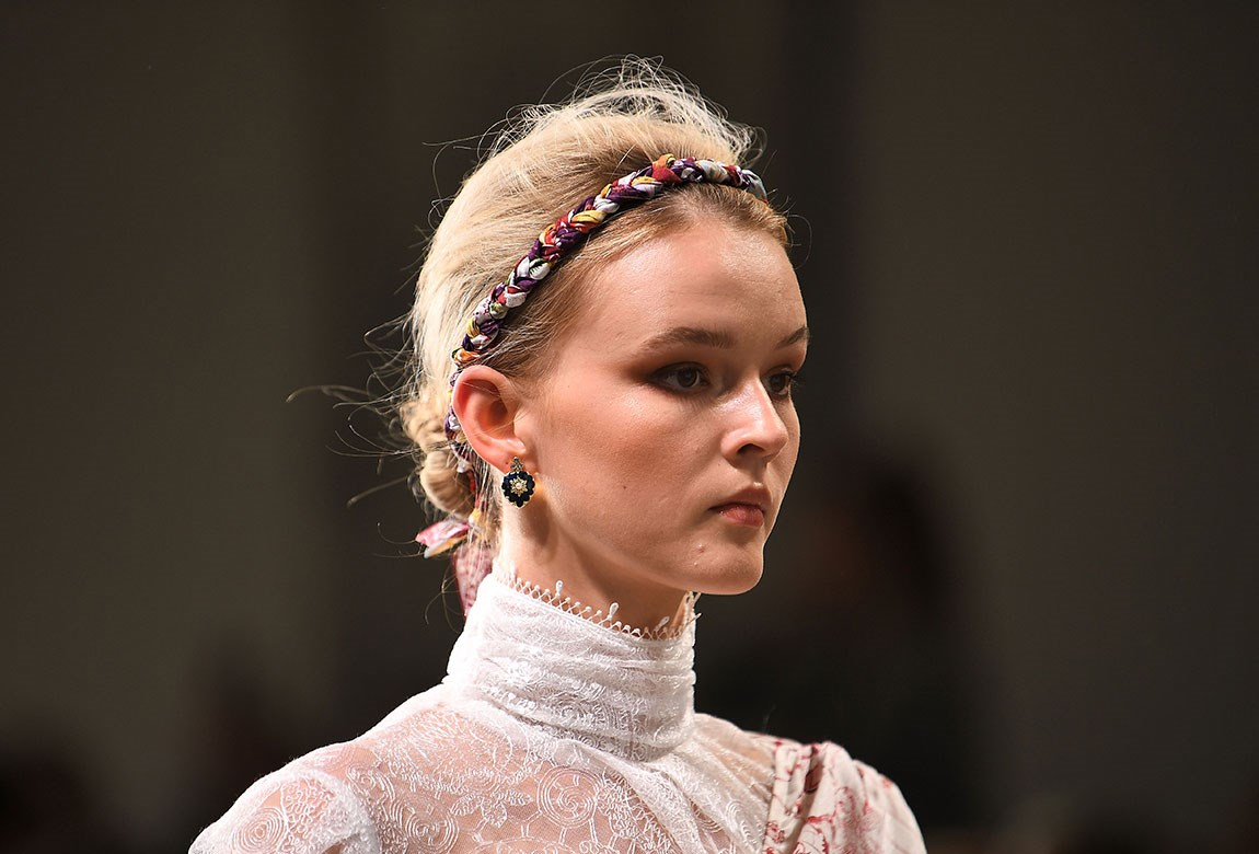 mbfwa hair accessories l - Рекламная кампания сумок Versace Palazzo Empire.